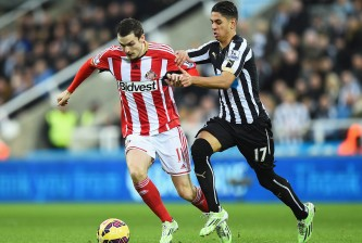 NEWCASTLE UPON TYNE, ENGLAND - DECEMBER 21: Adam Johnson of Sunderland is challenged by Ayoze Perez of Newcastle United during the Barclays Premier League match between Newcastle United and Sunderland at St James' Park on December 21, 2014 in Newcastle upon Tyne, England.  (Photo by Laurence Griffiths/Getty Images)