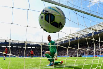 LEICESTER, ENGLAND - SEPTEMBER 21:  A dejected David De Gea of Manchester United looks at the ball in his net as Leonardo Ulloa of Leicester City scores his team's opening goal during the Barclays Premier League match between Leicester City and Manchester United at The King Power Stadium on September 21, 2014 in Leicester, England.  (Photo by Mike Hewitt/Getty Images)