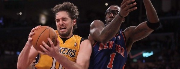 amare_stoudemire_and_pau_gasol_collide_in_mid_air_12292011