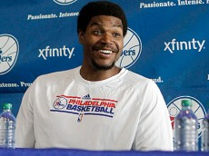andrew bynum in a sixers shirt