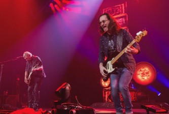 :SEATTLE, WA - JULY 19: (L-R) Alex Lifeson and Geddy Lee of Rush perform on stage during the R40 LIVE Tour at KeyArena on July 19, 2015 in Seattle, Washington. (Photo by Mat Hayward/Getty Images)
