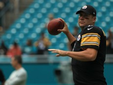 MIAMI GARDENS, FL - OCTOBER 16:  Ben Roethlisberger #7 of the Pittsburgh Steelers warms up during a game against the Miami Dolphins on October 16, 2016 in Miami Gardens, Florida.  (Photo by Mike Ehrmann/Getty Images)