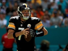 MIAMI GARDENS, FL - OCTOBER 16:  Ben Roethlisberger #7 of the Pittsburgh Steelers passes during a game against the Miami Dolphins on October 16, 2016 in Miami Gardens, Florida.  (Photo by Mike Ehrmann/Getty Images)