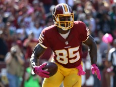 LANDOVER, MD - OCTOBER 16: Tight end Vernon Davis #85 of the Washington Redskins scores a second quarter touchdown against the Philadelphia Eagles at FedExField on October 16, 2016 in Landover, Maryland. (Photo by Rob Carr/Getty Images)