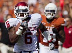 DALLAS, TX - OCTOBER 8:   Demontre Hurst #6 of the Oklahoma Sooners returns a interception for a touchdown against the Texas Longhorns at the Cotton Bowl on October 8, 2011 in Dallas, Texas.  The Sooners defeated the Longhorns 55 to 17.  (Photo by Wesley Hitt/Getty Images)