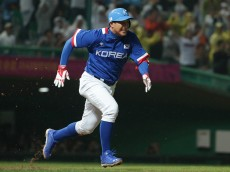 INCHEON, SOUTH KOREA - SEPTEMBER 28:  Hwang Jae-Gyun of South Korea hits a RBI double in the eighth inning during the Baseball Final between South Korea and Chinese Taipei during the day nine of the 2014 Asian Games at Munhak Stadium on September 28, 2014 in Incheon, South Korea.  (Photo by Chung Sung-Jun/Getty Images)