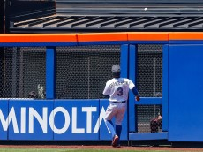 NEW YORK, NY - JUNE 19:  Curtis Granderson #3 of the New York Mets watches a ball hit for a sixth inning home run by Nick Markakis #22 of the Atlanta Braves land over the fence at Citi Field on June 19, 2016 in the Flushing neighborhood of the Queens borough of New York City.  (Photo by Jim McIsaac/Getty Images)