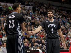 Ricky Rubio slaps hands with Kevin Martin