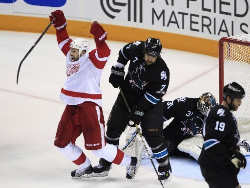 holmstrom_celebrating_vs_sharks