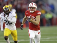 MADISON, WI - NOVEMBER 29: Alex Erickson #86 of the Wisconsin Badgers runs with the football during the first half of play against the Minnesota Golden Gophers at Camp Randall Stadium on November 29, 2014 in Madison, Wisconsin. (Photo by Mike McGinnis/Getty Images)
