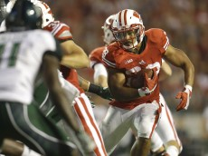 MADISON, WI - SEPTEMBER 26: Taiwan Deal #28 of the Wisconsin Badgers runs with the football during the second half against the Hawaii Rainbow Warriors at Camp Randall Stadium on September 26, 2015 in Madison, Wisconsin. (Photo by Mike McGinnis/Getty Images)