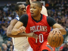 DALLAS, TX - MARCH 02:  Eric Gordon #10 of the New Orleans Pelicans dribbles the ball against Rajon Rondo #9 of the Dallas Mavericks at American Airlines Center on March 2, 2015 in Dallas, Texas.   NOTE TO USER: User expressly acknowledges and agrees that, by downloading and or using this photograph, User is consenting to the terms and conditions of the Getty Images License Agreement.  (Photo by Ronald Martinez/Getty Images)