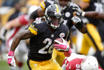 PITTSBURGH, PA - OCTOBER 18:  Le'Veon Bell #26 of the Pittsburgh Steelers runs the ball during the 2nd half of the game against the Arizona Cardinals at Heinz Field on October 18, 2015 in Pittsburgh, Pennsylvania.  (Photo by Gregory Shamus/Getty Images)