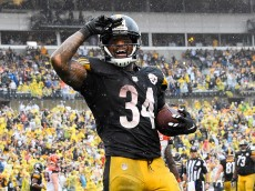 PITTSBURGH, PA - SEPTEMBER 18:  DeAngelo Williams #34 of the Pittsburgh Steelers celebrates his touchdown reception in the fourth quarter during the game against the Cincinnati Bengals at Heinz Field on September 18, 2016 in Pittsburgh, Pennsylvania. (Photo by Joe Sargent/Getty Images)