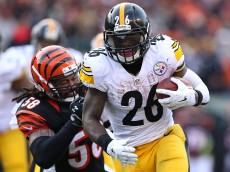 CINCINNATI, OH - DECEMBER 7:  Le'Veon Bell #26 of the Pittsburgh Steelers gets away from Rey Maualuga #58 of the Cincinnati Bengals to score a touchdown during the fourth quarter at Paul Brown Stadium on December 7, 2014 in Cincinnati, Ohio. Pittsburgh defeated Cincinnati 42-21. (Photo by Andy Lyons/Getty Images)