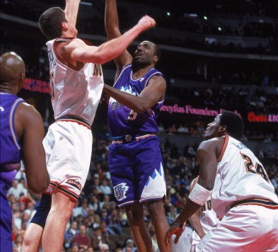 1 Apr 2000: Armen Gilliam #5 of the Utah Jazz tips the ball during a game against the Denver Nuggets at the Pepsi Center in Denver Colorado. The Nuggets defeated the Jazz 112-92.     Mandatory Credit: Brian Bahr  /Allsport