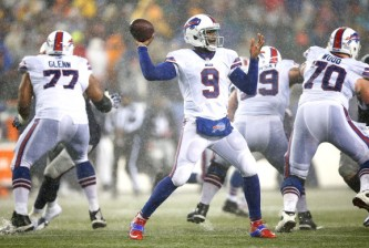 FOXBORO, MA - DECEMBER 29:  Thad Lewis #9 of the Buffalo Bills throws a pass against the New England Patriots in the second half during the game at Gillette Stadium on December 29, 2013 in Foxboro, Massachusetts.  (Photo by Jared Wickerham/Getty Images)