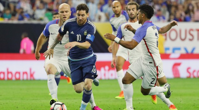 HOUSTON, TX - JUNE 21:  Lionel Messi #10 of Argentina passes through a group of defenders in the first half against the United States during a 2016 Copa America Centenario Semifinal match at NRG Stadium on June 21, 2016 in Houston, Texas.  (Photo by Scott Halleran/Getty Images)