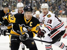 PITTSBURGH, PA - JANUARY 21:  Sidney Crosby #87 of the Pittsburgh Penguins skates against Jonathan Toews #19 of the Chicago Blackhawks in the first period during the game at Consol Energy Center on January 21, 2015 in Pittsburgh, Pennsylvania.  (Photo by Justin K. Aller/Getty Images)