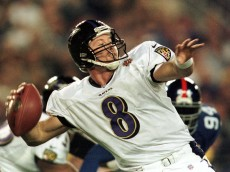28 Jan 2001: Trent Dilfer # 8 of the Baltimore Ravens looks for an open man down field in the third quarter during Super Bowl XXXV between the Baltimore Ravens and the New York Giants at Raymond James Stadium in Tampa, Florida. Mandatory Credit: Andy Lyons/ALLSPORT
