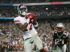 GLENDALE, AZ - FEBRUARY 03:  Wide receiver Plaxico Burress #17 of the New York Giants catches a 13-yard touchdown pass in the fourth quarter over Ellis Hobbs #27 of the New England Patriots during Super Bowl XLII on February 3, 2008 at the University of Phoenix Stadium in Glendale, Arizona.  (Photo by Streeter Lecka/Getty Images)