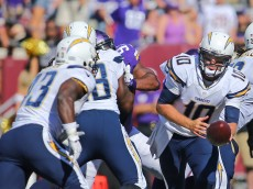 MINNEAPOLIS, MN - SEPTEMBER 27: Kellen Clemens #10 of the San Diego Chargers hands off the ball to Branden Oliver #43 of the San Diego Chargers against the Minnesota Vikings at TCF Bank Stadium on September 27, 2015 in Minneapolis, Minnesota. (Photo by Adam Bettcher/Getty Images)