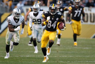 PITTSBURGH, PA - NOVEMBER 08:  Antonio Brown #84 of the Pittsburgh Steelers runs the ball in the 4th quarter of the game against the Oakland Raiders  at Heinz Field on November 8, 2015 in Pittsburgh, Pennsylvania.  (Photo by Justin K. Aller/Getty Images)