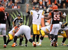 CINCINNATI, OH - DECEMBER 13:  Ben Roethlisberger #7 of the Pittsburgh Steelers calls a play at the line of scrimmage during the first quarter of the game against the Cincinnati Bengals at Paul Brown Stadium on December 13, 2015 in Cincinnati, Ohio. (Photo by John Grieshop/Getty Images)