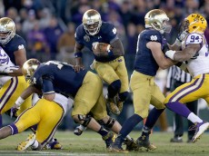 NASHVILLE, TN - DECEMBER 30:  Malik Zaire #8 of the Notre Dame Fighting Irish runs with the ball on the game winning drive in the fourth quarter against the LSU Tigers in the Franklin American Mortgage Music City Bowl at LP Field on December 30, 2014 in Nashville, Tennessee.  (Photo by Andy Lyons/Getty Images)