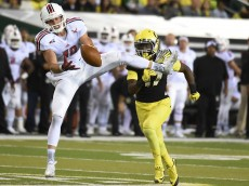 EUGENE, OR - SEPTEMBER 05:  Wide receiver Cooper Kupp #10 of the Eastern Washington Eagles can't quite hold on to the ball as safety Juwaan Williams #17 of the Oregon Ducks closes in during the fourth quarter of the game at Autzen Stadium on September 5, 2015 in Eugene, Oregon.  (Photo by Steve Dykes/Getty Images)