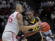 SALT LAKE CITY, UT - JANUARY 14: Elgin Cook #23 of the Oregon Ducks tries to drive past Kyle Kuzma #35 of the Utah Utes in the second half of the Ducks 77-59 win at the Jon M. Huntsman Center on January 14, 2016 in Salt Lake City, Utah. (Photo by Gene Sweeney Jr/Getty Images)