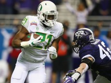 SAN ANTONIO, TX - JANUARY 02:  Royce Freeman #21 of the Oregon Ducks runs the ball against Ty Summers #42 of the TCU Horned Frogs in the first quarter during the Valero Alamo Bowl at Alamodome on January 2, 2016 in San Antonio, Texas.  (Photo by Ronald Martinez/Getty Images)