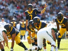 SYDNEY, AUSTRALIA - AUGUST 27:  Davis Webb #7 of the California Golden Bears signals to a team mate during the College Football Sydney Cup match between University of California and University of Hawaii at ANZ Stadium on August 27, 2016 in Sydney, Australia.  (Photo by Mark Nolan/Getty Images)