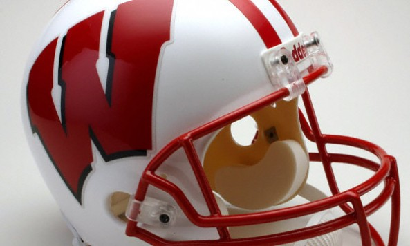 wisconsin-badgers-deluxe-replica-full-size-helmet-3349795