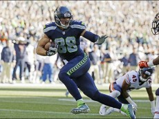 Seattle Seahawks tight end Jimmy Graham runs for a touchdown after a reception against the Chicago Bears in the second half of an NFL football game, Sunday, Sept. 27, 2015, in Seattle. (AP Photo/Elaine Thompson)