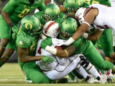 Oregon defenders work to bring down Utah Utes quarterback Kendal Thompson (1). The No. 13 Oregon Ducks face No. 18 Utah in Eugene, Oregon on September 26, 2015. (Adam Eberhardt/Emerald)
