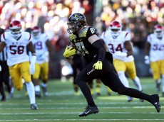Oregon tight end Evan Baylis (81) runs with the football before scoring a touchdown during the first half of an NCAA college football game against Southern California, Saturday, Nov. 21, 2015, in Eugene, Ore. (AP Photo/Ryan Kang)