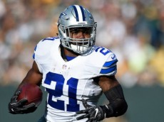 GREEN BAY, WI - OCTOBER 16:  Ezekiel Elliott #21 of the Dallas Cowboys runs the ball against the Green Bay Packers during the first quarter at Lambeau Field on October 16, 2016 in Green Bay, Wisconsin.  (Photo by Hannah Foslien/Getty Images)
