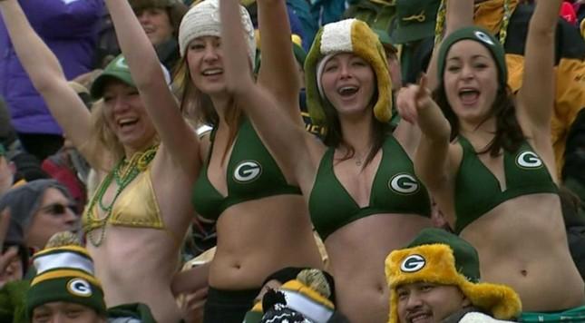green-bay-packers-fans-wearing-bikinis-in-20-degree-weather