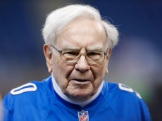 DETROIT, MI - DECEMBER 14:  Warren Buffett attends the football game between the Minnesota Vikings and the Detroit Lions at Ford Field on December 14, 2014 in Detroit, Michigan. The Lions defeated the Vikings 16-14.  (Photo by Leon Halip/Getty Images)